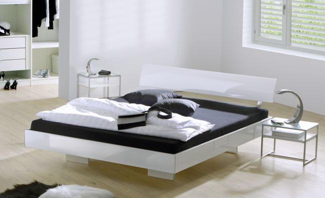 www moebel de betten massives wildeichenbett mit hohem. Black Bedroom Furniture Sets. Home Design Ideas